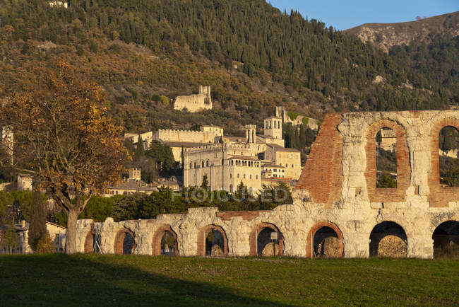 Ruins of town and the Roman Theater at sunset, Gubbio, Umbria, Italy, Europe — Photo de stock