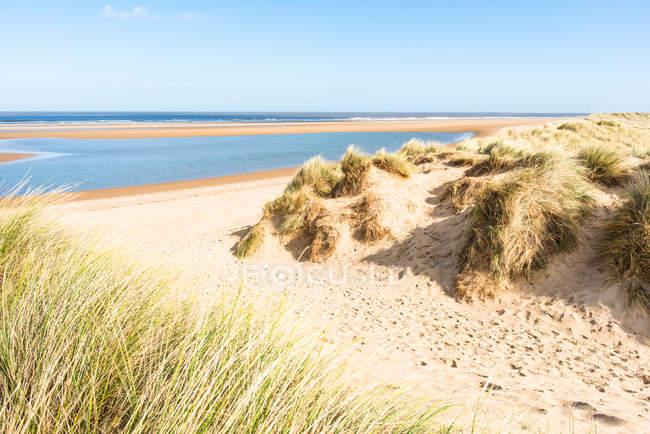 Піщані дюни на півночі Норфолку шлях у Гольхам-Бей, Норфолку, Східна Англія, Англія, Великобританія, Європа — стокове фото