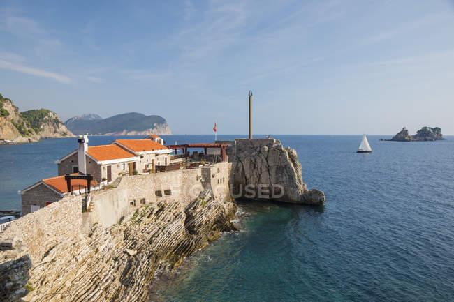 Vista dos penhascos e da fortaleza Venetian que negligencia o mar de Adriático, Petrovac, Budva, Montenegro, Europa — Fotografia de Stock