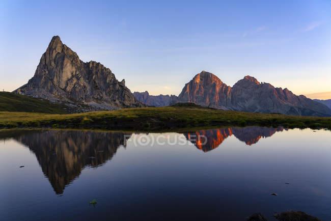 Горы Гузела и Тофана, отражающиеся в озере на восходе солнца, Доломит, Венето, Италия, Европа — стоковое фото