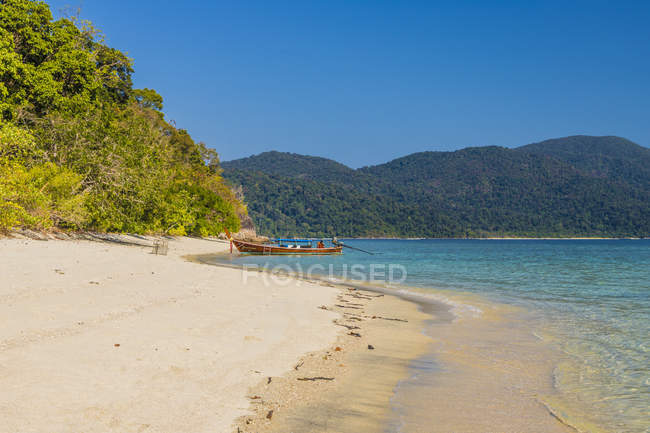 Picturesque sandy beach on Ko Rawi Island in Tarutao National Marine Park, Thailand, Southeast Asia, Asia — Stock Photo