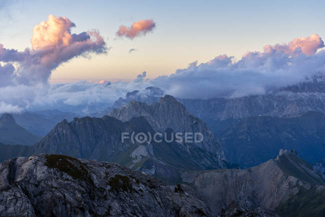 Rocky Mountain Range at sunset, Dolomites, Veneto, Italy, Europe — стоковое фото