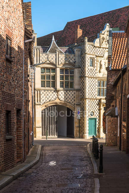 Narrow alleyway leading to Saturday Market Place with Trinity Guildhall and Town Hall, King's Lynn, Norfolk, East Anglia, England, United Kingdom, Europe — Stock Photo