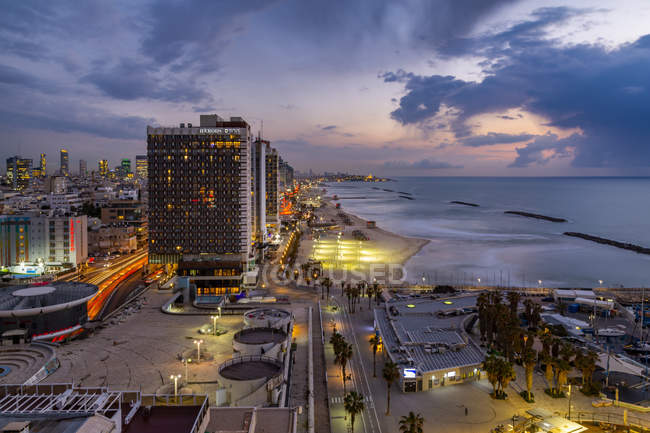 Elevated view of the beaches and hotels at dusk, Tel Aviv, Israel, Middle East — Foto stock