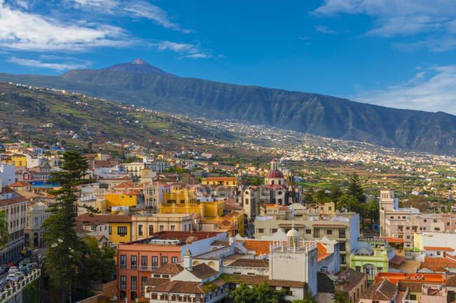 Blick über bunte Gebäude in La Orotava in Richtung Teide, Teneriffa, Kanarische Inseln, Spanien, Atlantik, Europa — Stockfoto
