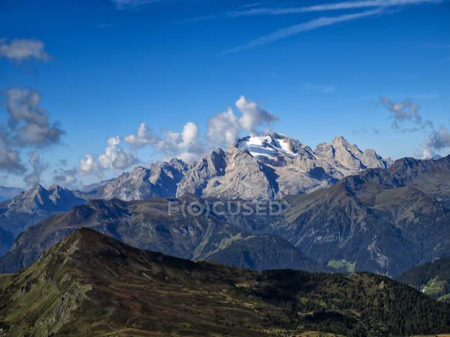 Скалистые горы под голубым небом, перевал Джау, Доломиты, Венето, Италия, Европа — стоковое фото