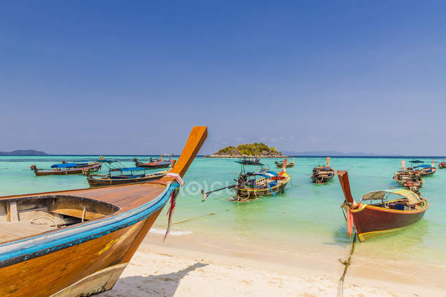 Longtail boats in turquoise water on Sunrise Beach on Ko Lipe in Tarutao National Marine Park, Thailand, Southeast Asia, Asia — Photo de stock