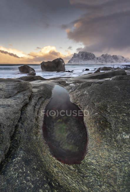 The Devils Eye rock formation at Uttakleiv Beach, Vestvagoy, Lofoten Islands, Nordland, Arctic, Norway, Europe — Fotografia de Stock