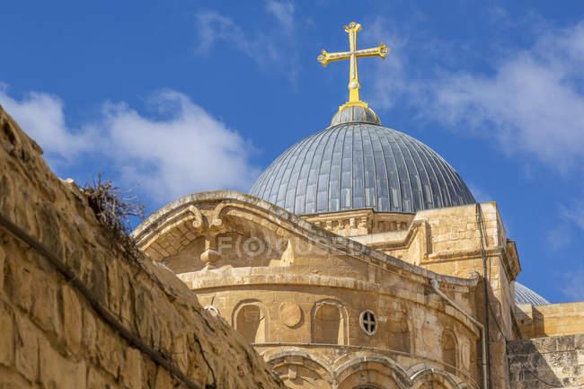 Вид на крышу храма Гроба Господня в Старом городе, Старый город, объект всемирного наследия ООН, Иерусалим, Израиль, Ближний Восток — стоковое фото