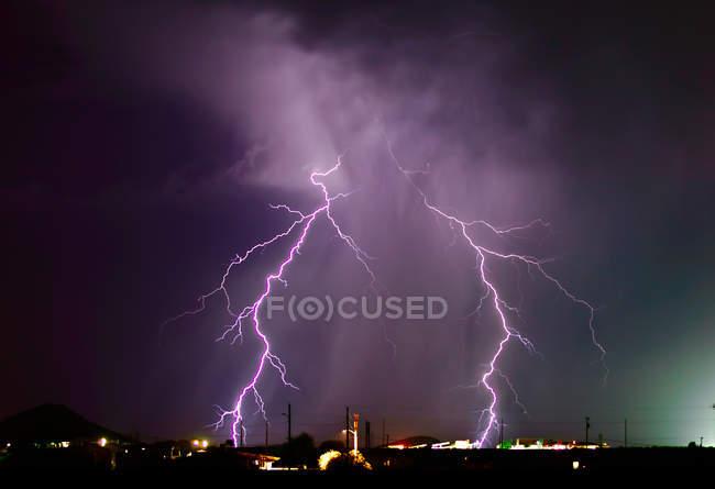 Blitzeinschlag in der Nähe eines Atomkraftwerks in Wintersburg, Arizona, Vereinigte Staaten von Amerika, Nordamerika — Stockfoto