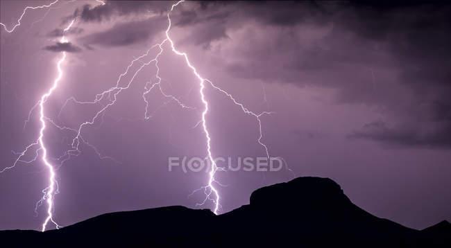 Панорама блискавки вражає на схилах піку Вулсі, штат Арізона, Сполучені Штати Америки, Північна Америка — стокове фото