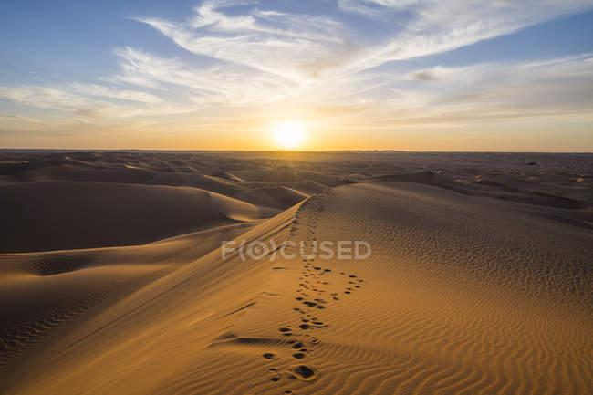 Sonnenuntergang über riesigen Sanddünen mit Fußabdrücken der Sahara, Timimoun, Westalgerien, Nordafrika, Afrika — Stockfoto