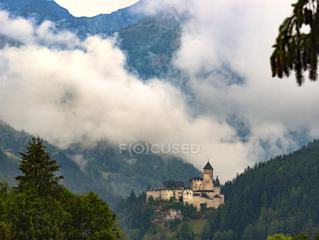 View of Castle Tures in cloudy mountains at sunrise, Campo Tures, Aurina Valley, Trentino-Alto Adige, Italy, Europe — Stock Photo
