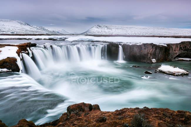 Водопад Годафосс расположен в районе Бахурдалур в Исландии, Полярные регионы — стоковое фото
