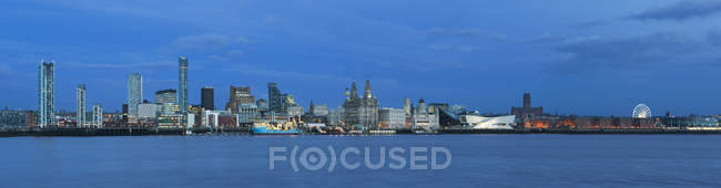 Panoramic view of skyline and Liverpool Waterfront, Liverpool, Merseyside, England, United Kingdom, Europe - foto de stock