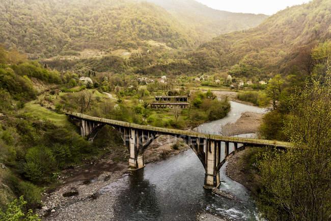Заброшенный железнодорожный мост в Абхазии, Ахмарской области, Грузии, Центральной Азии, Азии — стоковое фото