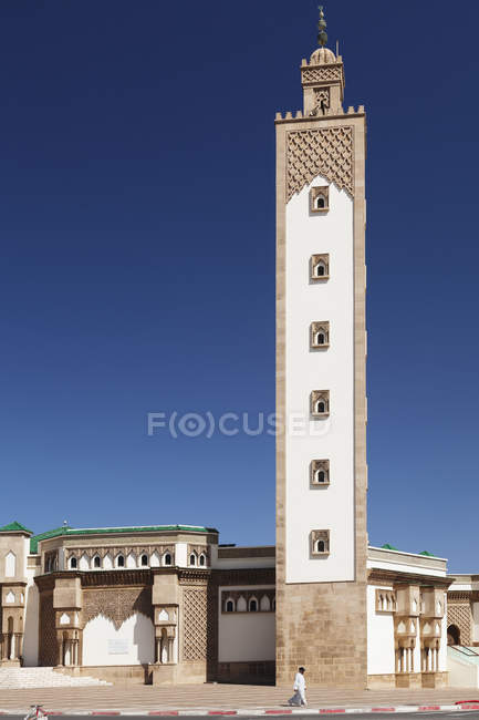 Local person strolling by Hassan II Mosque, Agadir, Al-Magreb, Southern Morocco, Morocco, North Africa, Africa — стоковое фото