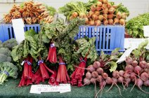 Frisches Gemüse am Marktstand — Stockfoto