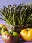 Espárragos con tomates de reliquia - foto de stock