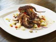 Салат з барбекю восьминіг — стокове фото