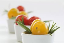 Tomates cerises rouges et jaunes — Photo de stock