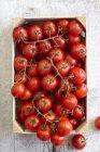 Pomodori freschi della vite in cassa — Foto stock