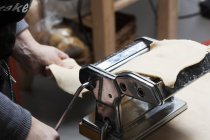 Mulher usando Pasta Machine — Fotografia de Stock