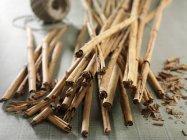 Palitos de canela en la mesa - foto de stock