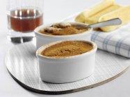Nahaufnahme von Creme Caramel mit Kakaopulver — Stockfoto