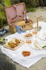Vue de pique-nique sur la plage avec des bougies et du vin — Photo de stock