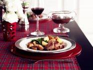 Vitello con patate e gravy — Foto stock