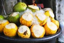Giovani noci di cocco verdi e gialle — Foto stock