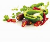 Зелений перець з червоним перцем Чилі — стокове фото