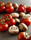 Pomodori rossi e funghi — Foto stock