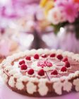 Himbeer-Kuchen mit Sahne verziert — Stockfoto