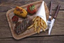 Філе яловичини з хрусткою смаженою картоплею — стокове фото