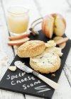 Succo di mela e scone di formaggio — Foto stock