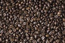 Grains de café entiers rôtis — Photo de stock