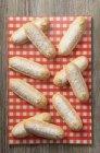 Vista superior de los dedos de esponja en una servilleta a cuadros - foto de stock