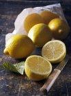 Свежие спелые лимоны — стоковое фото