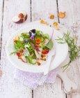 Вид салата крупным планом с персиками из виноградника и грибами шантерель — стоковое фото