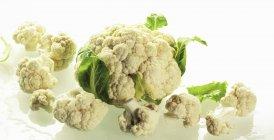 Whole cauliflower with cauliflower florets — Stock Photo