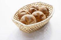 Корзина с пятью Хлеб булочки — стоковое фото