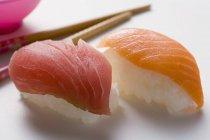 Sushi con atún y salmón - foto de stock