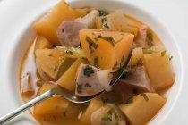 Картофель рагу с сосисками — стоковое фото