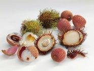 Rambutanes y lichis frescos - foto de stock