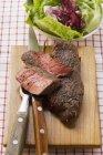 Bistecche di manzo, parzialmente affettate — Foto stock