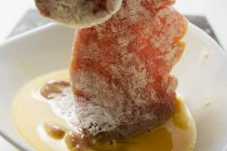 Окунание мяса в яйца — стоковое фото