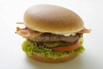 Hamburger con bacon e maionese — Foto stock