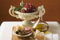 Uvas rojas con rama de olivo - foto de stock